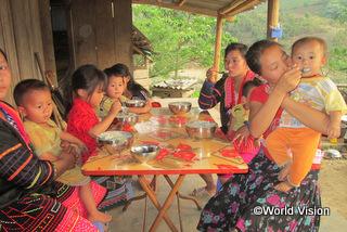 【ムオンチャ地域】「以前の私は、子どもたちに米と脂肪を食べさせていました。でも保健ラブに参加して、野菜や卵、肉も料理に使うことを学びました。」 ディさん(地域の母親、右から3人目)