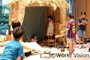 アフリカの家を再現したテントで電気や水道のない生活を疑似体験
