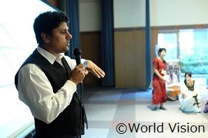 ネパール人のカシュランさんが昼食のカレーについてお話してくれました