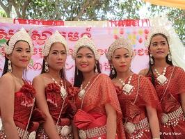 地域の高校生が伝統の踊りを披露してくれました