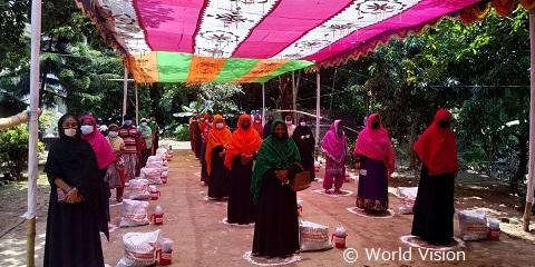 物資配布に集まった人たち(バングラデシュ)