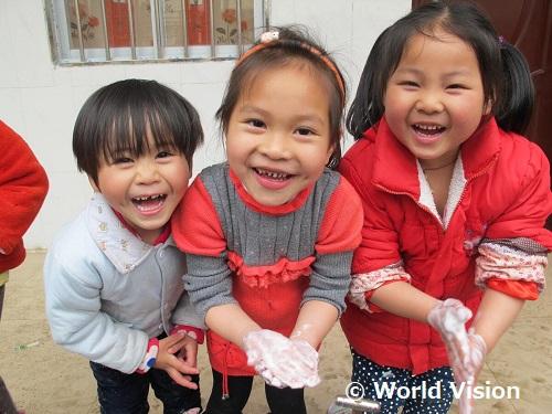 効果的な手洗いを練習する支援地域の子どもたち