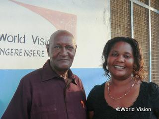 ガマリエリ・トミーさん(初代ADP委員会代表、写真左。右はADPのエリーニ スタッフ)