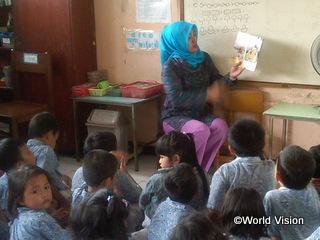 幼稚園の先生として子どもの教育に携わるリナさん(40歳)