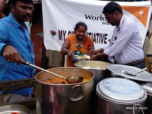 緊急支援による、温かい食事の炊き出しの様子(タミル・ナドゥ州)