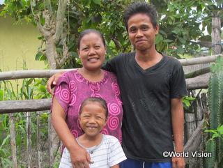 母親と妹とともに。家ではよく手伝いをする頼もしい若者です