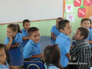 支援地域内の学校で勉強をする子どもたち
