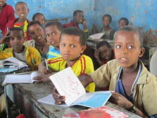 ぎゅうぎゅうの教室でも元気な子どもたち