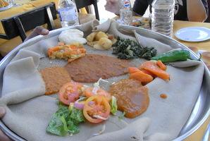 おかずは豆、肉、野菜などのシチューや唐辛子等
