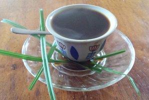 (3)おいしいコーヒーのできあがりです。ただコーヒーを入れるのではなく、プロセスや香りなどの演出も楽しむところが、日本の茶道に似ていますね。