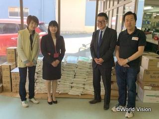 熊本へ届ける支援物資の前で。左から、WVJ木内、ウチヤマホールディングス小橋様、川村取締役、WVJ高木
