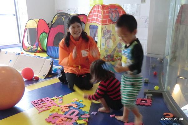 プレイルームで遊ぶ子どもたち