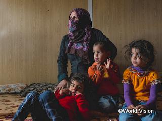 難民キャンプに暮らす母子