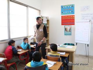 補習授業で算数の勉強をする子どもたち