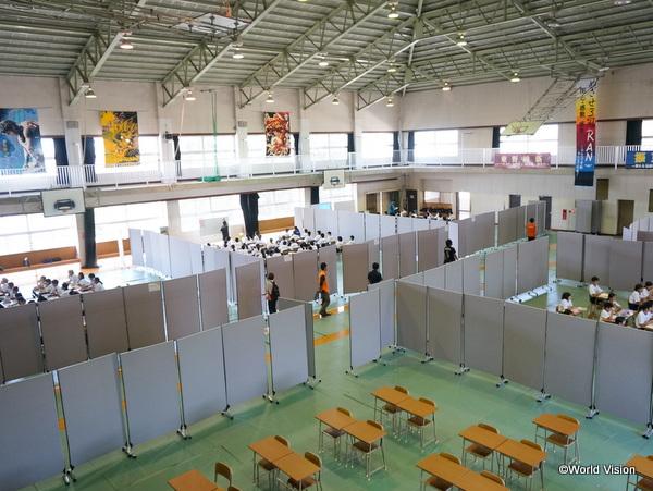 熊本市立東野中学校に届けたパーティション。6クラスの授業が可能になりました