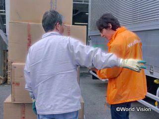 物資の調達、納品に奔走するスタッフ