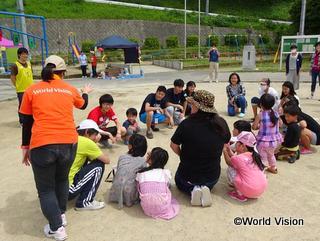 こどもの日イベントで、子どもたちと遊ぶスタッフ