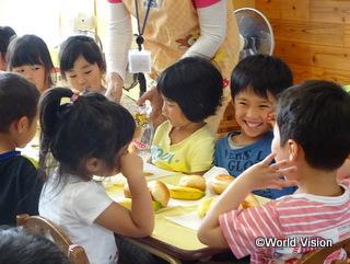 久々の給食を喜ぶ子どもたち