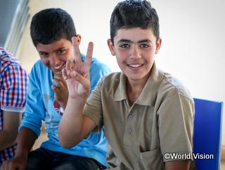 カメラを向けるといつもピースサインをするシリア難民の男の子(ヨルダン)