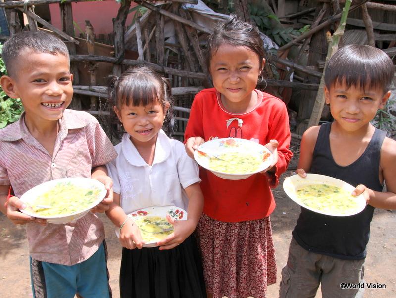 栄養豊富な食事を手に笑顔の子どもたち(カンボジア)