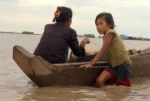小さな舟で、お母さんと毎日漁に出ます