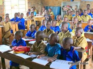 小学校で学ぶ子どもたち