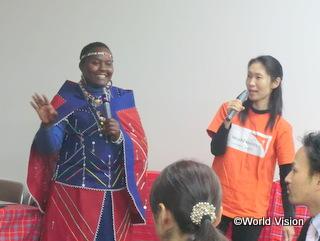 マサイ族の文化について話すシニーナ・スタッフ(大阪会場)