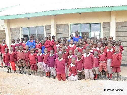 支援によって建設された校舎と子どもたち