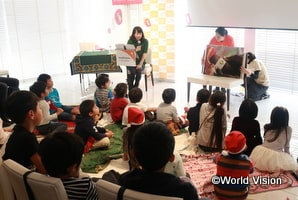 ソマリアの子どもたちのお話を聞いた日本の子どもたちに感想を聞く東尾理子さん