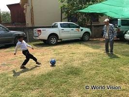 チャイルドにサッカーボールをプレゼントしてさっそく一緒に遊びました