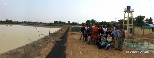 貯水タンクと貯水池を視察しました。組合のみなさんとツアー参加者