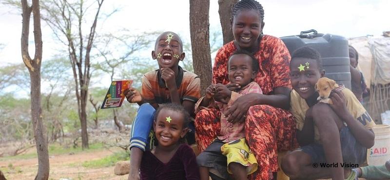 スポンサーからの誕生日カードを喜ぶケニアの家族