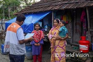 感染予防のために必要な情報をバングラデシュの現地スタッフが地域の人々に伝えています