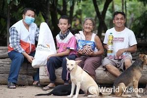 新型コロナの影響を受けてる家庭に食料などの物資を配布しています
