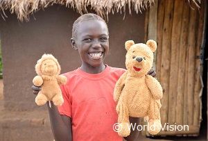 ウガンダの男の子。在宅教育のための教材や心理ケアのサポートを受けています