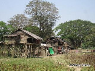 農村の貧困世帯は、竹で作られた水害に弱い家屋に住まざるを得ないことが多い
