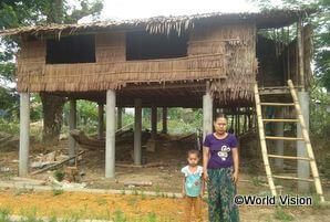 建築研修を受けた住民たちが立てたコンクリート柱の上に、水害に流されない家をつくることができた家族