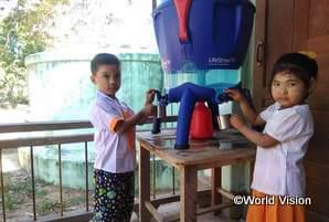 雨水タンクと浄水器の設置により、学校で安全な水をいつでも飲めるようになりました
