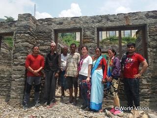 村の保健施設建設現場で地域住民と小園スタッフ