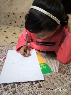 補習授業のワークシートに取り組むシリア人の女の子