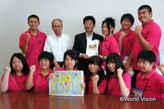 「南三陸町まちづくりプロジェクト」で町長に提案書を提出するジュニア・リーダー(2012年6月)
