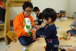 福島県の小学校で開催した子どもたちの居場所「キッズスペース」にて、子ども遊ぶ長下部スタッフ(令和元年台風19号緊急支援)