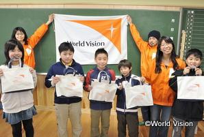 気仙沼市の小・中学校に通う2,695人に学用品を支援しました(2011年4月)