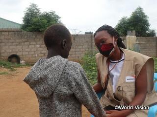 子どもの話を聞くワールド・ビジョンのケアワーカー(南スーダン)