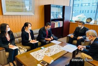 G7シェルパ(右)とNGOとの対話(左から2人目が柴田スタッフ