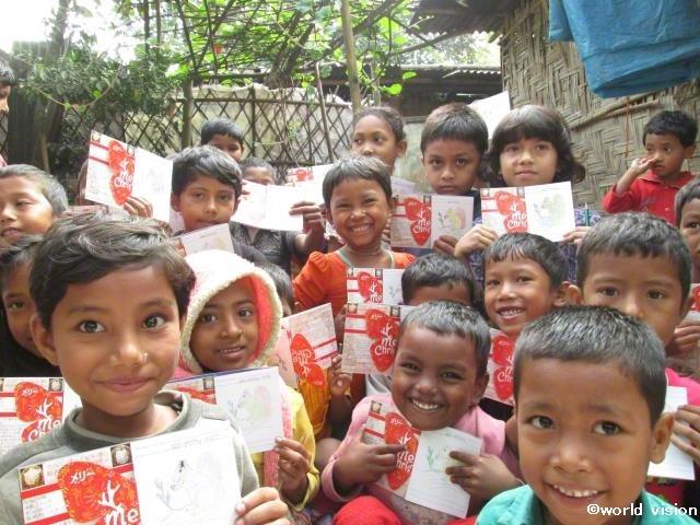 手紙を手にもつバングラデシュの子どもたち