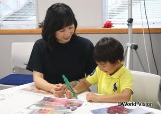 WVJのプログラムで、お子さまと一緒に世界の子どもたちに想いを馳せる東尾さん