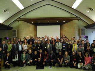 「G7市民社会対話」には世界各国から70団体以上のNGOが参加し、議論を通じて親交を深めた。前列右から2人目が柴田スタッフ、前列左端が志澤スタッフ。