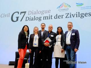 2015年4月にドイツで開催された市民社会によるサミットに参加したワールド・ビジョンのメンバー。日本からは柴田スタッフ(左端)が参加。