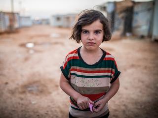 シリア難民の少女。SDGsは、達成の過程で「誰も取り残さない」ことを目指します